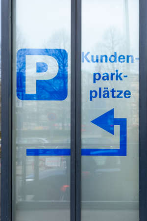 Berlin, Berlin/Germany - 23.03.2019: The blue inscription on a glass pane, which means that the parking lot is behind the house and this was also marked with arrows. Stock fotó - 137985374