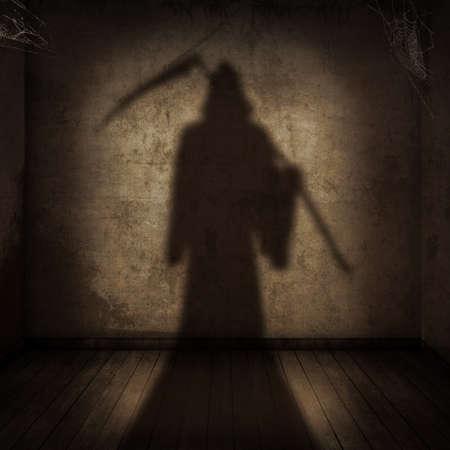 guadaña: La sombra de la muerte con una guadaña entrar en una habitación vacía