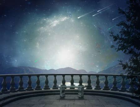 castillos: Fant�stico balc�n en una brillante noche y el paisaje en la parte posterior Foto de archivo