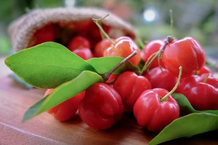 Acerola fruta cerca en el fondo Foto de archivo - 83424730