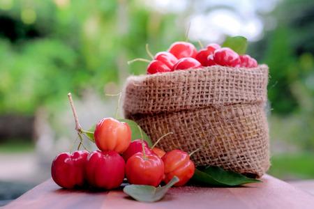 Acerola fruta cerca en el fondo Foto de archivo - 83754766
