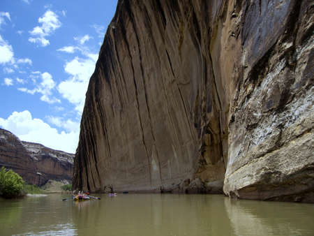 崖の横にある穏やかな川でのラフティング 写真素材