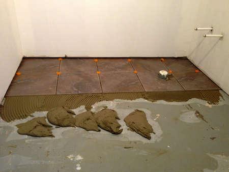 床の上の新しいタイルのインストール 写真素材