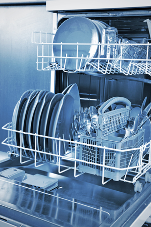 lavaplatos: Dentro de un lavavajillas y platos en la cocina. Foto de archivo
