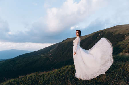 Walk the bride. A light and airy dress flutters in the wind. Archivio Fotografico