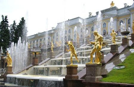 Big Cascade - fountain in Petrodvorets, Saint Petersburg, Russia 免版税图像 - 8413479