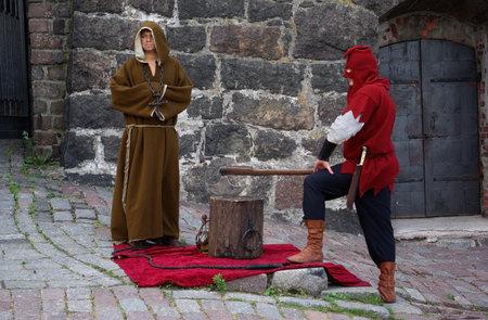ahorcado: Los miembros del club hist�rico en el festival de folklore, foto tomada el 22 de agosto de 2010 en Vyborg fortaleza, Rusia