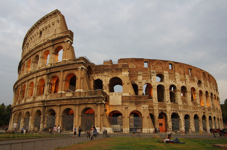 ROME, Italy - SEPTEMBER 27: Colosseum on September 27, 2011 in Rome Italy. The Colosseum is one of Rome's most popular tourist attractions in the evening 免版税图像 - 27965212