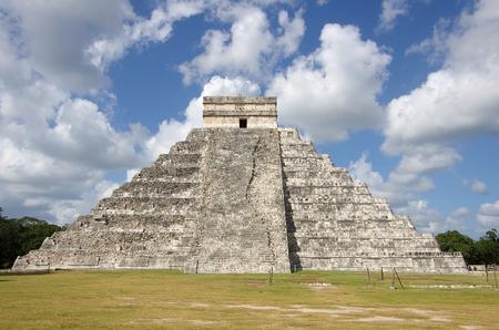 """kukulkan: La Pir�mide de Kukulc�n en Chich�n Itz� que se conoce como """"El Castillo"""" (el castillo), M�xico Foto de archivo"""