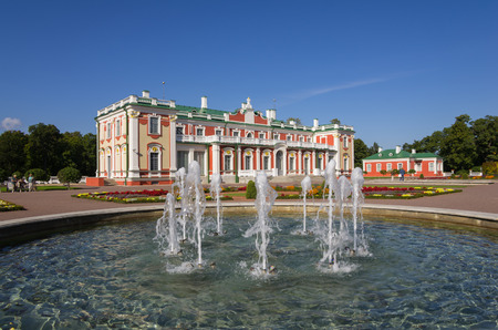 palacio ruso: TALLINN - 12 de septiembre: Palacio Kadriorg el 12 de septiembre de 2013, Tallin, Estonia. Kadriorg palacio fue construido por el zar ruso Pedro el Grande en el siglo 18