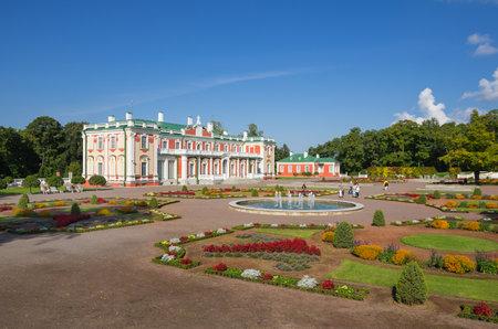 Russian palace: TALLINN - 12 de septiembre: Palacio Kadriorg el 12 de septiembre de 2013, Tallin, Estonia. Kadriorg palacio fue construido por el zar ruso Pedro el Grande en el siglo 18