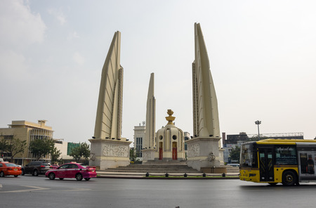 democracia: BANGKOK, THAILAND - JANUARY 25, 2015: Democracy monument that lies in the centre of Bangkok, established in 1940 that should remind of the military putsch of 1932. Its one of the landmarks of Bangkok.
