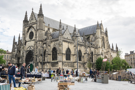 BORDEAUX, FRANCE - MAY 06, 2015: Flea market at Place de Meynard, Bordeaux. Bordeaux is a port city on the Garonne river in southwestern France 免版税图像 - 54914926