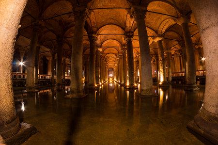 aljibe: La Cisterna Basílica se encuentra el mayor de varios cientos de cisternas antiguas que se encuentran bajo la ciudad de Estambul, antigua Constantinopla, Turquía