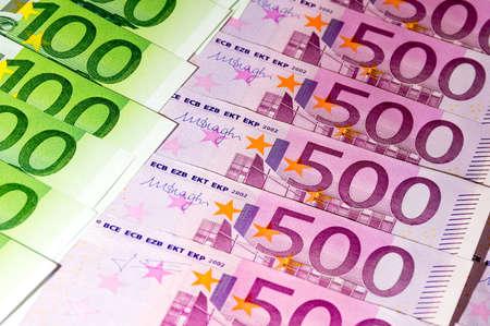 fondos violeta: Billetes en moneda euro dispersada, vista de cerca