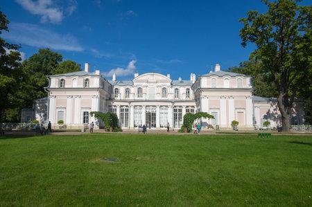 palacio ruso: San Petersburgo, Rusia - Septiembre 06, 2015: Oranienbaum es una residencia real de Rusia, situado en el golfo de Finlandia al oeste de San Petersburgo. El conjunto Palace son Patrimonio Mundial de la UNESCO
