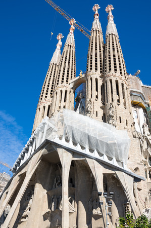 templo romano: Basílica y Iglesia Expiatoria de la Sagrada Familia es una gran iglesia católica en Barcelona, ??diseñada por el arquitecto catalán Antoni Gaudi Foto de archivo