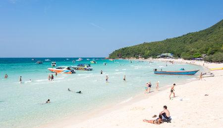 Pattaya, Tajlandia - 02 lutego 2017: Turyści relaks na plaży wyspy Ko Lan w Zatoce Tajlandzkiej, w pobliżu Pattaya, Tajlandia