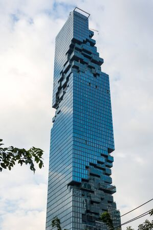 BANGKOK, THAILAND - JANUARY 26, 2017: View of MahaNakhon (the tallest building in Thailand), a mixed-use skyscraper in the SilomSathorn central business district of Bangkok, Thailand 新聞圖片