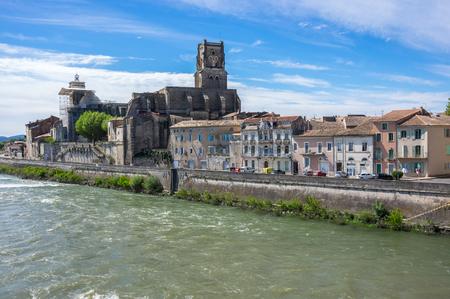 Saint Saturnin church in town Pont-Saint-Esprit, France Banque d'images - 122478572
