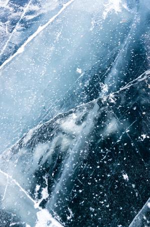 Das Eis des Baikalsees, des volumenmäßig tiefsten und größten Süßwassersees der Welt, befindet sich in Südsibirien, Russland Standard-Bild