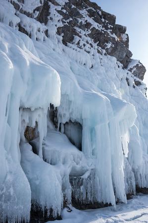 Vue sur le lac Baïkal en hiver, le lac d'eau douce le plus profond et le plus grand en volume du monde, situé dans le sud de la Sibérie, en Russie