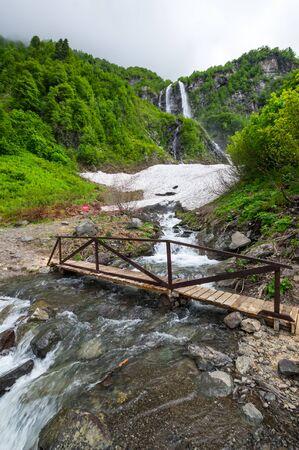 Blick auf die kaukasischen Berge im Resort Red Glade, Krasnodar Krai, Russland?