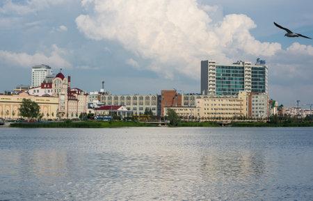 KAZAN, RUSSIA - JULY 16, 2018: Embankment of the lake Nizhny Kaban in the historical center of Kazan, capital of Republic Tatarstan, Russia 免版税图像 - 157149022