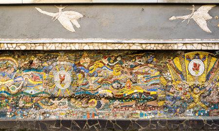 SAINT- PETERSBURG, RUSSIA - AUGUST 13, 2018: Mosaic panel at the courtyard of Minor Academy of art in Saint-Petersburg, Russia 免版税图像 - 159002847