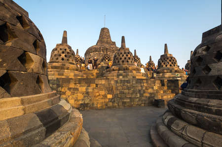 JAVA, INDONESIA - 09 SEPTEMBER 2018: Tourists watching sunrise at Borobudur, a 9th-century Mahayana Buddhist temple in Central Java, Indonesia 免版税图像 - 159274268