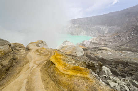 Ijen volcano with turquoise-colored acidic crater lake in East Java, Indonesia 免版税图像
