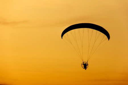 cielo atardecer: paramotor  parapente volando en el cielo del atardecer