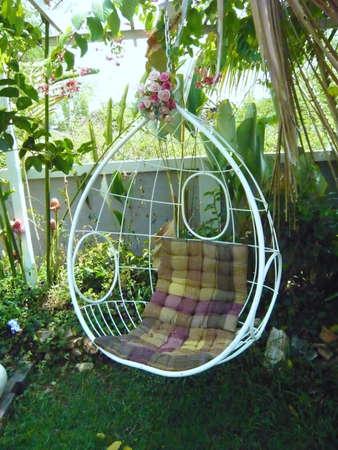 buen vivir: Oscilación huevo oval en un jardín