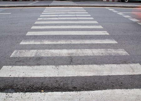 paso peatonal: paso de peatones en la carretera Foto de archivo