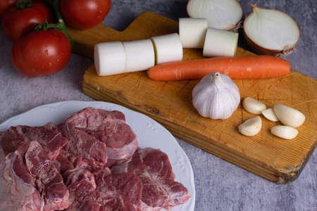 Ingredients for preparing pork cheeks Фото со стока - 134671532