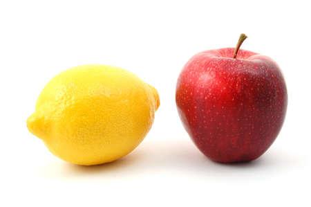 chose: mela e limone isolato su uno sfondo bianco