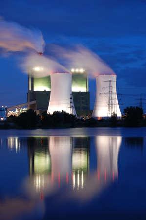 industria quimica: un fumando industrial planta de energ�a por la noche