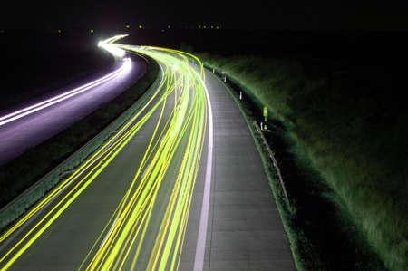 blurry lights: strada con traffico automobilistico durante la notte e le luci sfocate mostrando velocit� e di movimento Archivio Fotografico