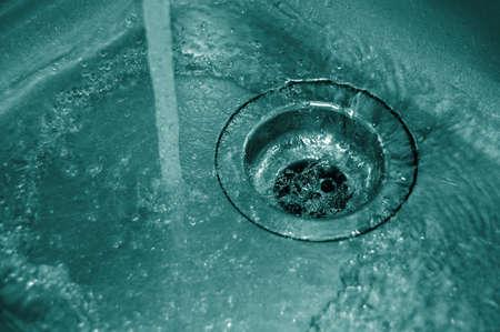tuberias de agua: el flujo de agua en el desag�e en la cocina