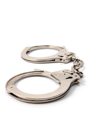 punos: las esposas de polic�a aislados en un fondo blanco