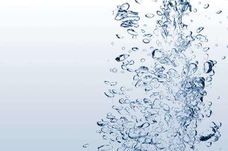 bulles: bulles d'air dans l'eau sur fond blanc Banque d'images
