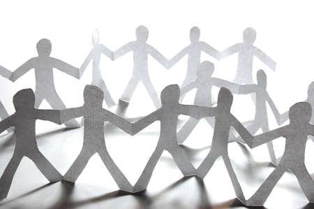 trabajo social: gente de papel haciendo el trabajo en equipo en su negocio