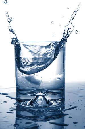 zomers drankje: frisse cocktail met opspattend water als een koele zomer drinken