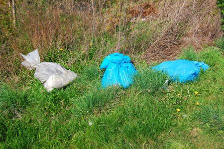 basura y basura en la naturaleza que muestra la contaminación del medio ambiente y sucio Foto de archivo - 4902781