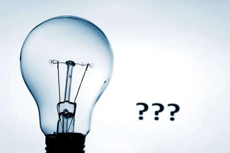 bulbo y el concepto de mostrar de signo de interrogación de resolver un problema  Foto de archivo - 4960475