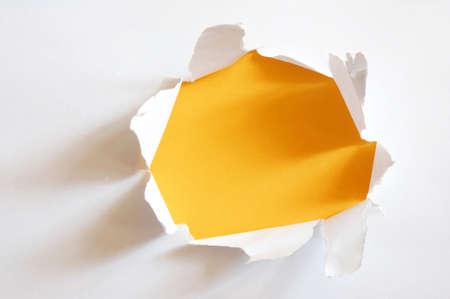 hoja en blanco: amarillo agujero en la hoja de papel en blanco con copyspace
