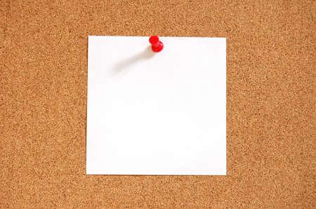 tack board: hoja de papel en blanco con copyspace y pin en tabl�n de anuncios