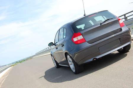 ruedas de coche: nuevo coche azul y r�pido en la carretera