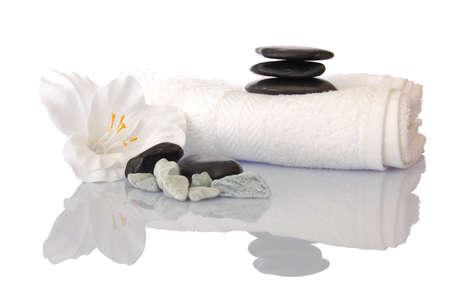 towel: zen spa y wellness todav�a con vida flor toalla y guijarros aislados en blanco