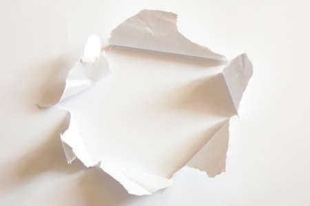hoja en blanco: agujero con copyspace en la hoja de papel en blanco
